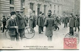 N°72975 -cpa La Manifestation Du 1er Mai à Paris Devant La Bourse Du Travail- - Demonstrationen