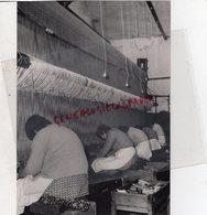 23- AUBUSSON- LES TAPIS SAVONNERIE SONT ENTIEREMENT TISSES A LA MAIN - CHEZ HECQUET - RARE PHOTO ORIGINALE - Beroepen