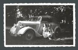 Photo Ancienne Snapshot Marthe Et Jeanine Prenant Leur Goûter Sur Le Marche Pied D'une Superbe Automobile Voiture Ancien - Automobiles