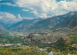 05 - Hautes Alpes - Mont Dauphin - Vue Générale Du Fort Surplombant La Vallée Du Haut De La Falaise - Voir Scans Recto-V - France