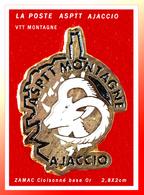 SUPER PIN'S LA POSTE : ASPTT AJJACCIO VTT MONTAGNE CORSE En ZAMAC Base Or Cloisonné, Format 2,8X2cm - Correo