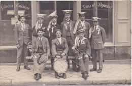 Carte-photo à Localiser, 7 Conscrits Avec Chapeaux Curieux Et 2 Musiciens Devants - Café-Restaurant - Postcards