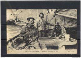 14438 . TROUVILLE . PECHEURS ARRIVANT AU PORT . CIRCULEE EN 1916 - Trouville