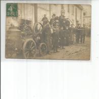 BELLE CARTE PHOTO HOMMES ET MACHINES DANS UNE RUE - Postcards