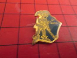 412a Pin's Pins / Beau Et Rare / THEME : SPORTS / LA HUME BOUFFON FOU GOLF GUJAN-MESTRAS - Golf
