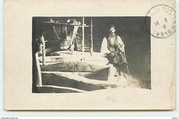 MACEDOINE - Homme Près D'une Meule Dans Un Moulin Faisant De La Farine De Maïs - Mazedonien