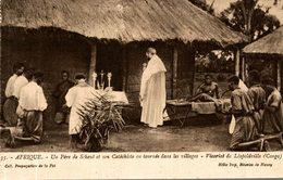 UN PERE ET SON CATECHISTE EN TOURNEE DANS LES VILLAGES VICARIAT DE LEOPOLDVILLE - Missions