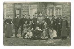 Carte Photo Extérieure - Groupe Militaires Belges Avec Un Hussard Et Population Devant Maison - Pas Circulé - Postcards