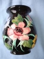Ceramique De Vallauris: Vase à Decor D'Anemones Signe T.J. (13-2348) - Vallauris (FRA)