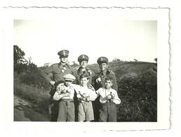 """3876 """" FOTO DI GRUPPO CON RAGAZZINI LOCALI-BOLOGNA 2/6/1935 """" FOTO ORIGINALE - Guerra, Militari"""