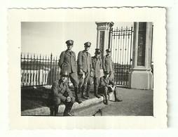 """3881 """"ALLIEVI UFFICIALI DAVANTI ALL'INGRESSO DI UNA VILLA DI S. RUFFILLO(BOLOGNA) - 19/5/1935"""" FOTO ORIGINALE - Guerra, Militari"""