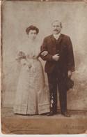 GRANDE PHOTO  SUR CARTON - TULLIO TIOZZO - ALASSIO - PIAZZA DURANTE - COUPLE - MARIES ? - Personas Anónimos