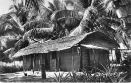 AFRIQUE NOIRE - CONGO Brazzaville : Case Indigène ( Bas Congo ) CPSM Dentelée Noir Blanc Format CPA - Black Africa - Brazzaville