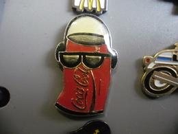 Pin's COCA COLA Canette Branchée Musique @ PINS 30 Mm X 18 Mm - Coca-Cola
