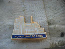 Pin's Notre Dame De Paris. Pin's Doré à L'or Fin 24 Carats - Villes