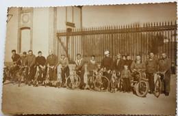Carte Photo Nombreux Cycliste 10 Vélos Et 2 Moto Ancienne Devant Bâtiment à Identifier - Postcards