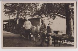 """CARTE PHOTO : STAND DE PRESENTATION  DU """" CAFE STANDARD """" - TABLES AVEC LES PRODUITS - CUISINIER - 2 SCANS - - Postcards"""