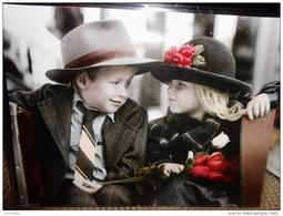 Enfants De SYLVIA MURRAY : Petit Tete A Tete  D'enfants En Habits De Fete Avec  Chapeaux Et Bouquet De Roses   !! - Non Classés