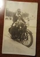 Fotografia - Uomo Con Bambina In Moto - Motorcycle, Motorbike - Unclassified