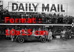 Reproduction Photographie Ancienne Du Pilote Nuvolari Dans Une Alfa Romeo Victorieux à Belfast Au Circuit Aards En 1930 - Reproductions