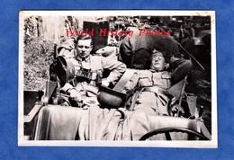 Photo Ancienne D'un Soldat Allemand - Militaire Au Repos Dans Leur Auto - Ww2 - Voir Uniforme Casque Jumelles Lampe - Automobiles
