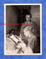 Photo Ancienne D'un Soldat Allemand - Militaire Administratif ? Sur Machine A écrire - Ww2 - Voir Uniforme Bureau - Guerre, Militaire