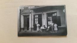 B9/groupe De Personnes Devant Un Café  (a La Station Des Electros - Foto