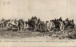 UNE BATTERIE DE 75 PRENANT POSITION - Oorlog 1914-18