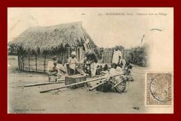 Madagascar * Déjeuner Dans Un Village    (scan Recto Et Verso ) - Madagascar