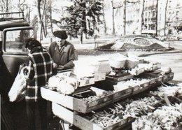 95Eb  Photo Marché Aux Fruits Et Légumes Dans Les Années 50 Lieu à Identifier Rond Point - Postcards