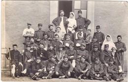 CARTE PHOTO Groupe De Blessés Et Infirmieres Hopital Militaire à Identifier ( Croix Rouge ) - War 1914-18