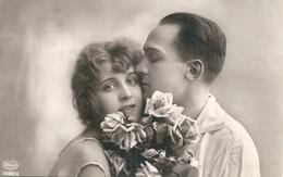 -  Cartolina - Fidanzati Con Fiori  -  Viaggiata   23. Giugno .1942 - Vera Fotografia - Fotografia