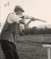 95Eb  Photo Tir Au Fusil De Chasse Pigeons D'argile Ball Trap à Roanne En 1965 - Waffenschiessen
