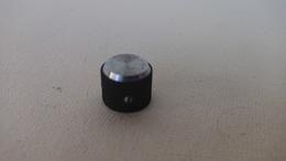 Vieux Bouton De Commande De Radio Ou Chaine Hifi En Plastique Noir Et Gris TSF - Music & Instruments