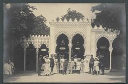 CPA Photo Un Groupe De Personnes élégantes Posant Devant Un Décor De Bazar Oriental - Exposition Universelle à Localiser - To Identify