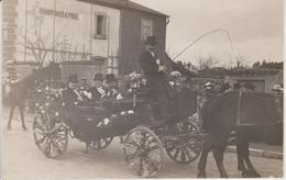 57 - DIEUZE - CARTE PHOTO - CAVALCADE 1909 - BEAU PLAN DE NOTABLES DANS CARIOLE - Dieuze