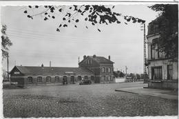 59 LE-QUESNOY . La Gare Animée , Vieille Voiture , édit : La Cigogne Lille , Années 50 , état SUP - Le Quesnoy