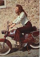 CPSM -  Pin - Ups - Jeune Femme Et Le  Motorisée. - Pin-Ups