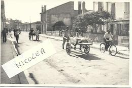 ANGOULEME - RUE SAINT ROCH EN 1946 - COURSE DES MACONS  TRES RARE PHOTO ORIGINALE PARFAIT ETAT 14.5 X 9.5 CM - Angouleme