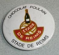 Vintage Ancien Badge En Tôle émaillée, Chocolat POULAIN, SDR Stade De Reims, Champagne Bouteille, Football - Cioccolato