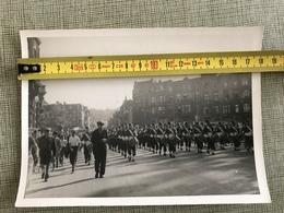 PHOTO N B MUSIQUE DU 93e D'INFANTERIE DE PARIS AVENUE ROGIER LIEGE 1947 - Places