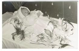 Carte Photo Mortuaire - Bébé - Post-mortem - Défunt - Voir Scans - Personnes Anonymes