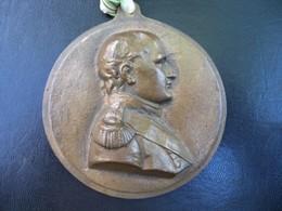 Ancienne Grande Médaille En Métal Embouti Napoléon I Er Jeune. - Adel
