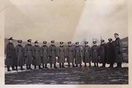 Foto Gruppe Deutsche Soldaten Mit Schirmkappen Und Mänteln - Foto Henzel Büdingen - 2. WK - 8,5*5,5cm (41394) - Krieg, Militär
