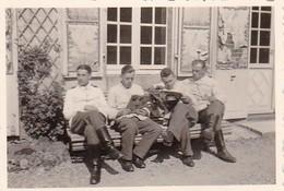 Foto Deutsche Soldaten Beim Zeitunglesen - 2. WK - 8*5,5cm (41400) - Krieg, Militär