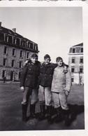 Foto 3 Deutsche Soldaten Im Kasernenhof - Kameraden - 1940 - 8*5,5cm (41401) - Krieg, Militär