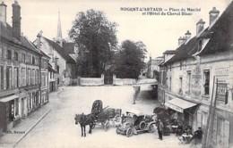 02 - NOGENT L'ARTAUD Place Du Marché Hotel Du Cheval Blanc ( Auto Attelage Pub PICON ) CPA Village (2.200 H) Aisne - Autres Communes