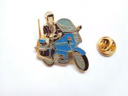 Beau Pin's  , Armée Militaire , Gendarmerie Motocycliste , BMO , Signé Segalen Collection - Army