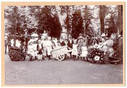 Photo SPA Ca 1900 BATAILLE DE FLEURS Groupe Endimanché & Costumé Enfants Gendarme Charrette Fleurie - Photographie  Foto - Spa
