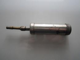 ANCIENNE POMPE A GRAISSE  Long : 14,5 Cm Env Poids : 130 Grs Env Diamètre : 25 Mm Env - Outils